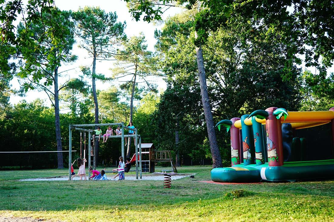 jeux enfants camping le médoc bleu