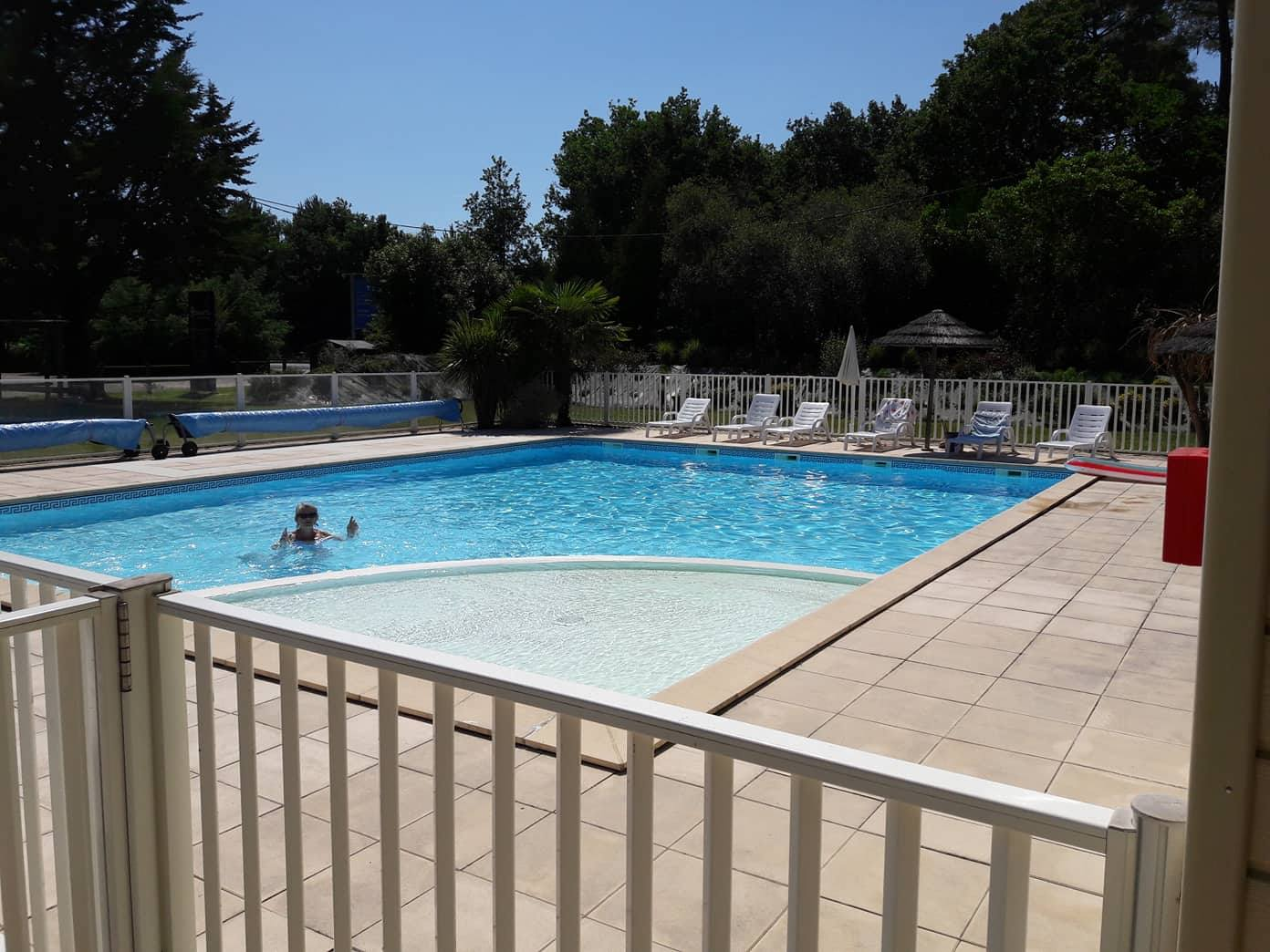 piscine chauffée du camping le médoc bleu