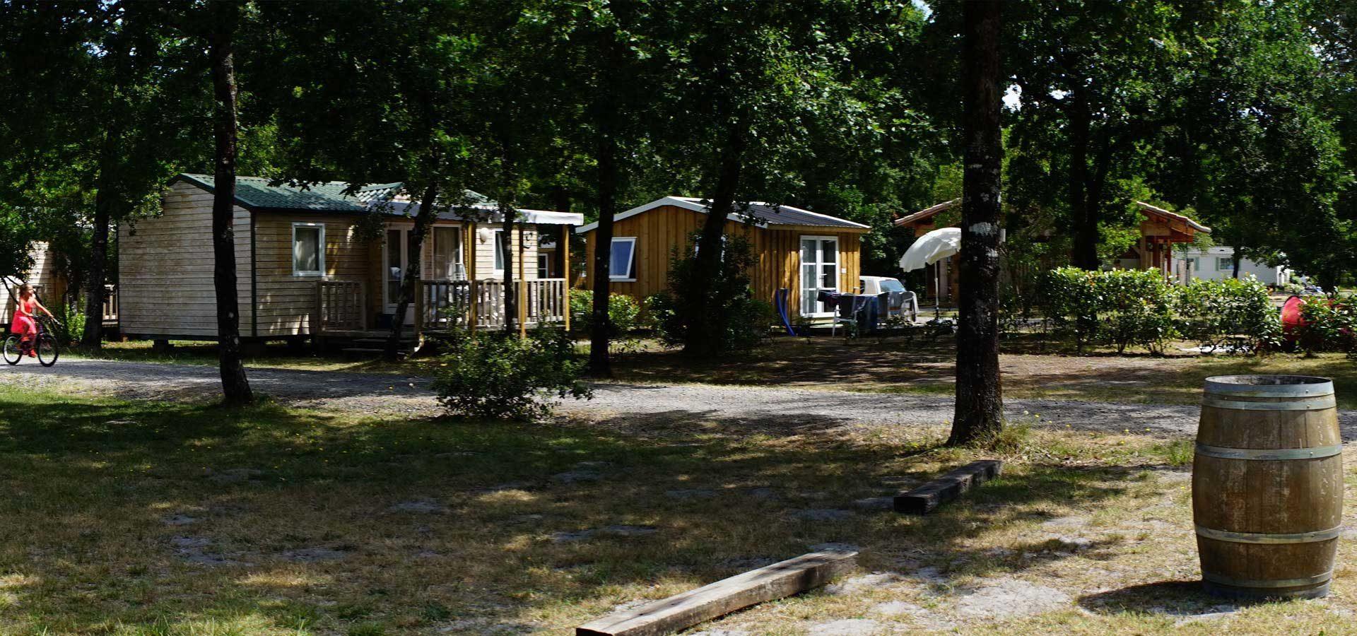 les allées du camping 4 étoiles en Gironde