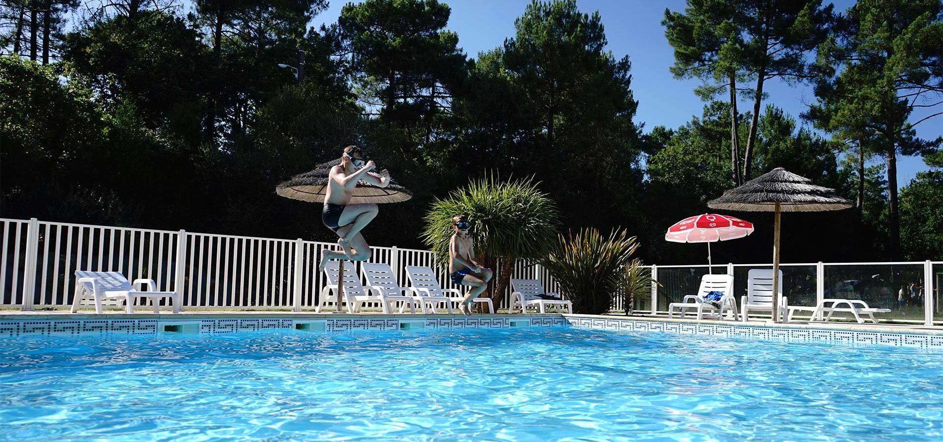 la piscine du camping près de lacanau